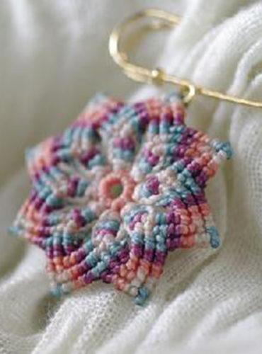 八弁花のマクラメストールピン